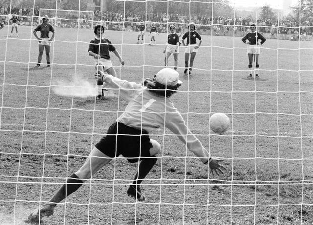 Frau schiesst Penalty