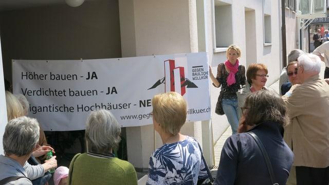 Anwohner demonstrieren vor dem Parlamentssaal in Kriens gegen das Hochhaus-Projekt.
