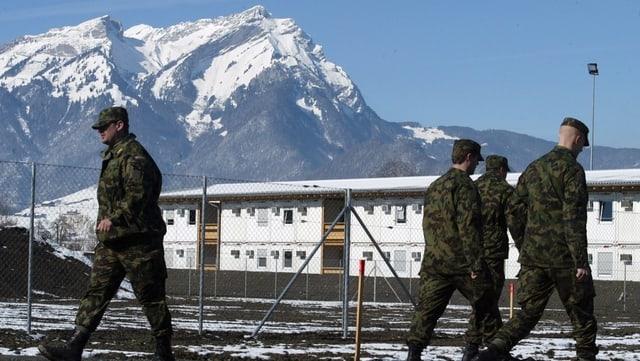 Soldaten vor einer Kaserne.