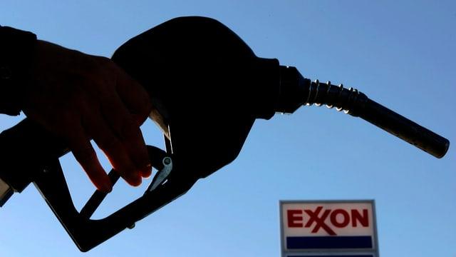 Eine Person betankt ihr Auto, im Hintergrund das Exxon Symbol.
