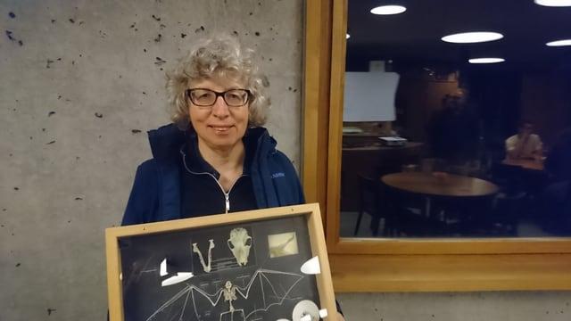 Miriam Lutz preschenta in skelet d'in utschè-mezmieur.