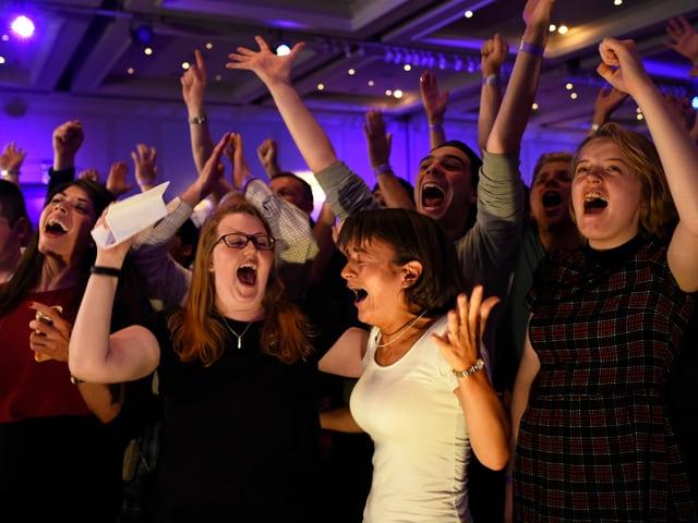 Menschen jubeln in Glasgow