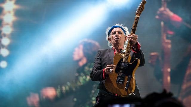 Keith Richards auf der Bühne mit seiner Gitarre.