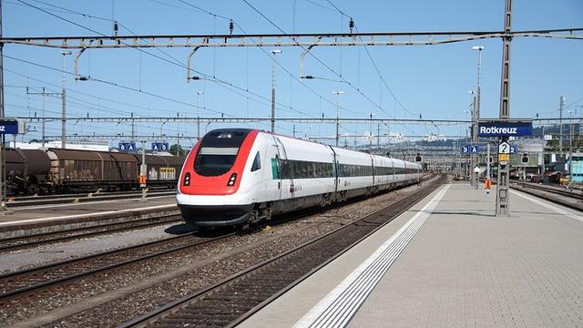 Ein Zug fährt im Bahnhof Rotkreuz ein.