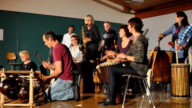 Mehrere Leute am Musizieren