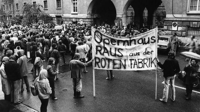 Menschen demonstrieren mit Transparent, auf dem steht:«Opernhaus raus aus der roten Fabrik»