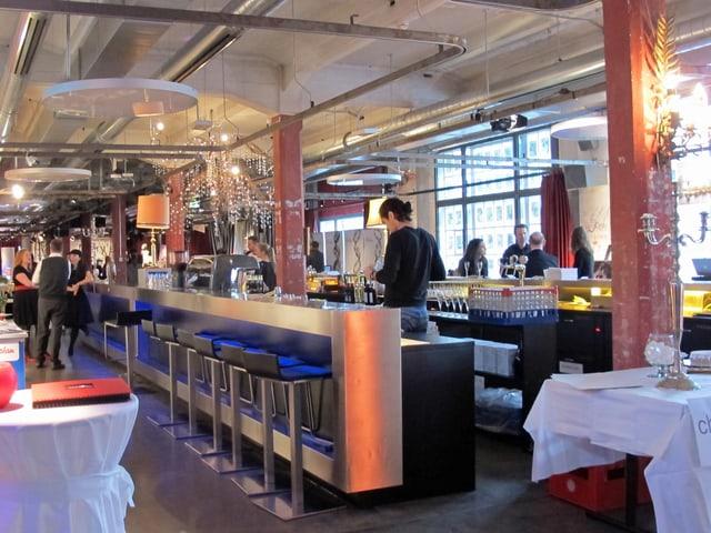 Blick in Raum mit Bar