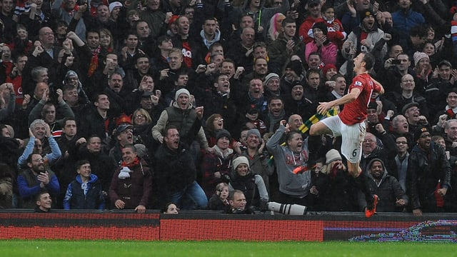 Manchesters Jonny Evans feiert in der 25. Minute sein Tor zum 1:1.