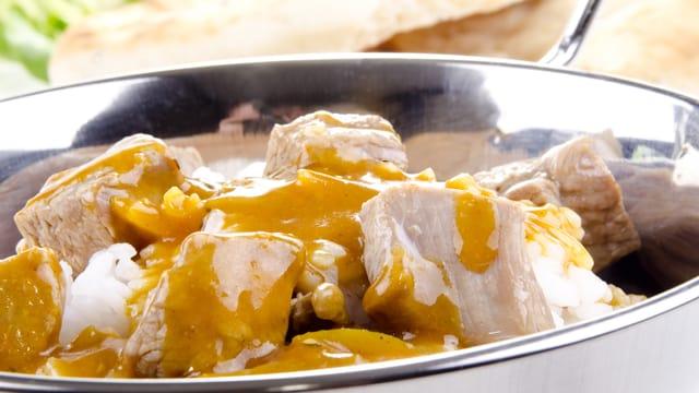 Symbolbild Hühnchen in Currysauce.