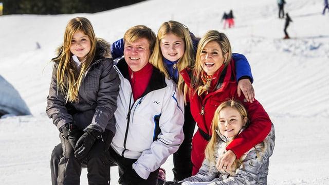 Prinzessin Alexia, König Willem Alexander, Prinzessin Catharina-Amalia, Königin Máxima und Prinzessin Ariane blicken in die Kamera.