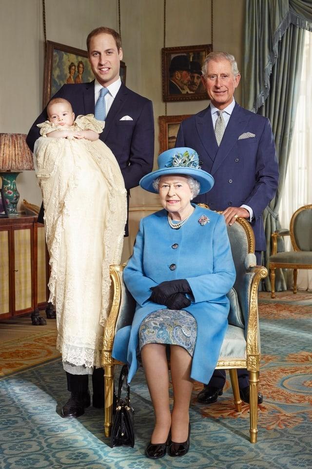 Queen Elizabeth II. mit ihrem Sohn Prinz Charles, ihrem Enkel Prinz William und Ur-Enkel Prinz George
