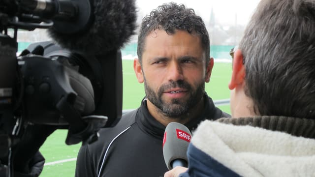 Mann in Fussballtenue gibt einem Fernsehteam ein Interview