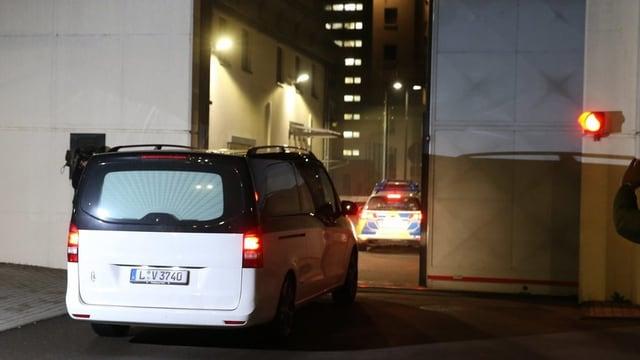 In auto da morts che entra en il stabiliment da l'execuziun giudiziala a Leipzig.