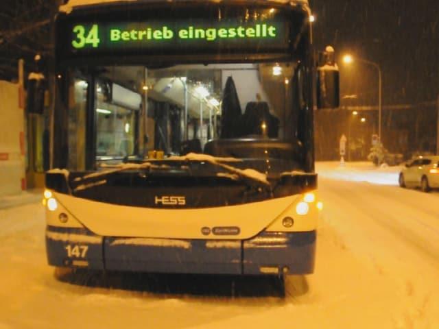 Ein VBZ-Bus am späten Montagabend mit der Aufschrift «Betrieb eingestellt». (srf)