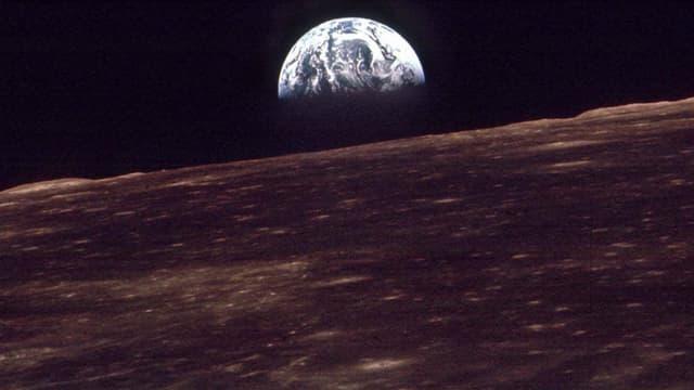 Das Foto der Apollo-8-Mission vom 24. Dezember 1968 zeigt, wie die Erde über dem Horizont des Mondes aufgeht.