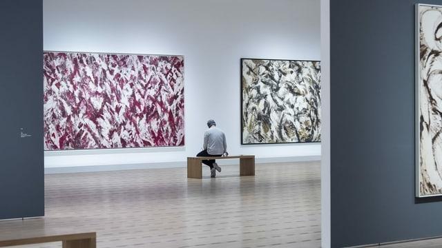 Person im Ausstellungsraum des Museums Paul Klee.