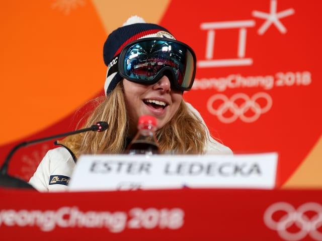 Olympiasiegerin Ester Ledecka mit Skibrille an der Medienkonferenz