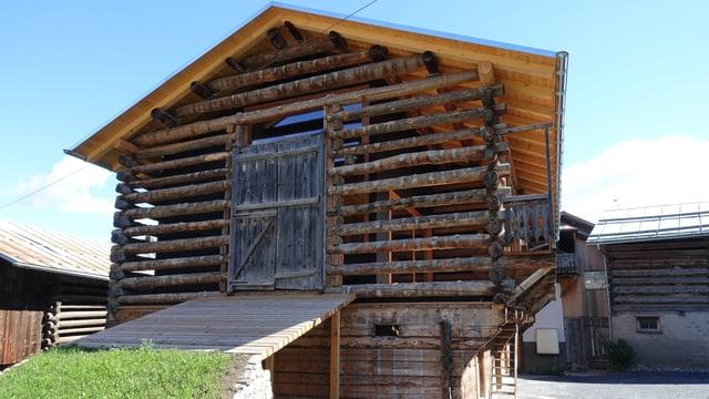 Grosser Holzstall im Zentrum von Vella