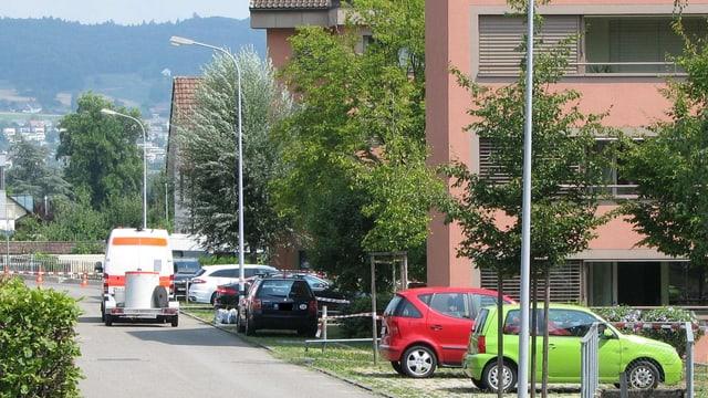 Polizeifahrzeug mit Anhänger in Wohnquartier