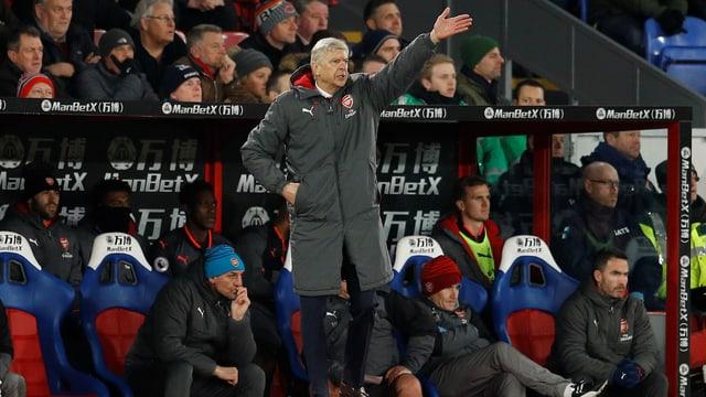 Arsène Wenger gestikuliert an der Seitenlinie.