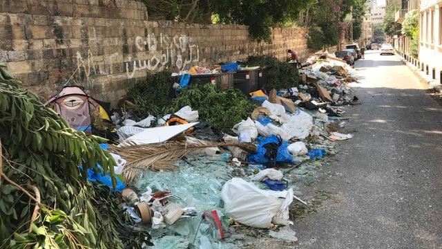 Eine Strasse gesäumt von Abfall