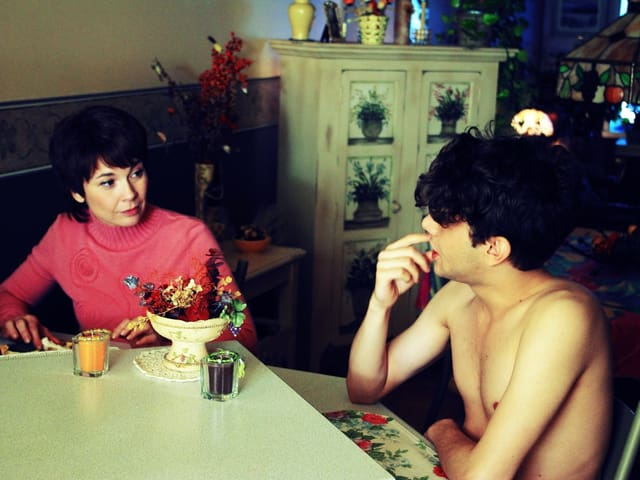 Anne Dorval und Xavier Dolan sitzen an einem Küchen-Tisch.