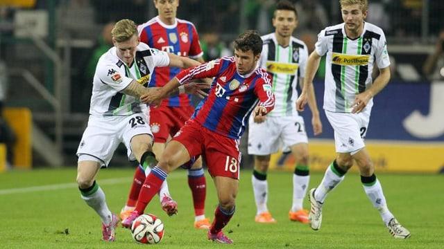 Bayerns Bernat muss sich gegen Gladbachs Hahn wehren.