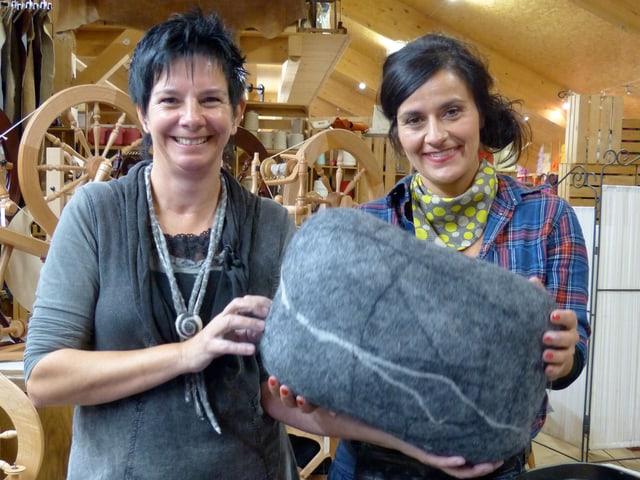 Monika und Anet halten einen Wollstein.