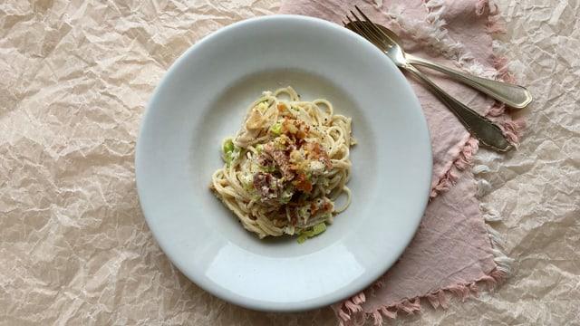 Pasta mit geräucherter Forelle, Lauch und Brösmeli.