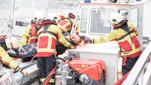Rettungskräfte auf Schiff