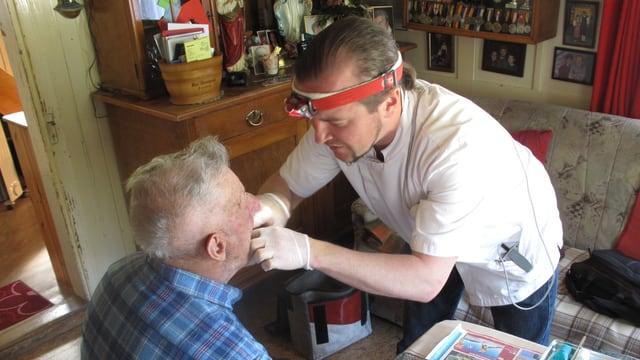 Michael Keller behandelt seinen Patienten mitten im Wohnzimmer.