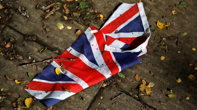 Die Grossbritannien-Flagge, zerknüllt am Boden.