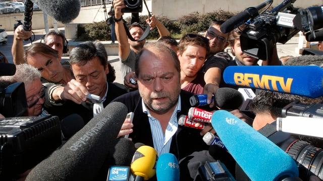 Dupond-Moretti von Journalisten und Mikrofonen belagert.