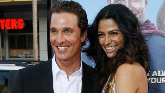 Matthew McConaughey und Camila Alves posieren zumsammen auf dem roten Teppich