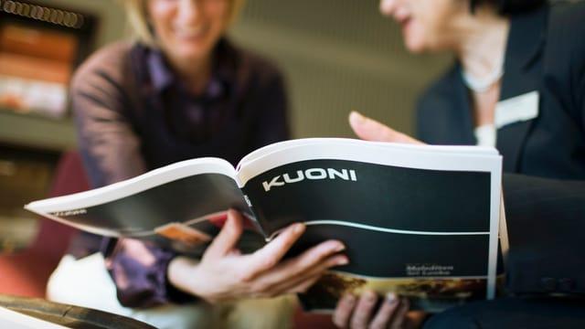 duas dunnas miran en in catalog da Kuoni
