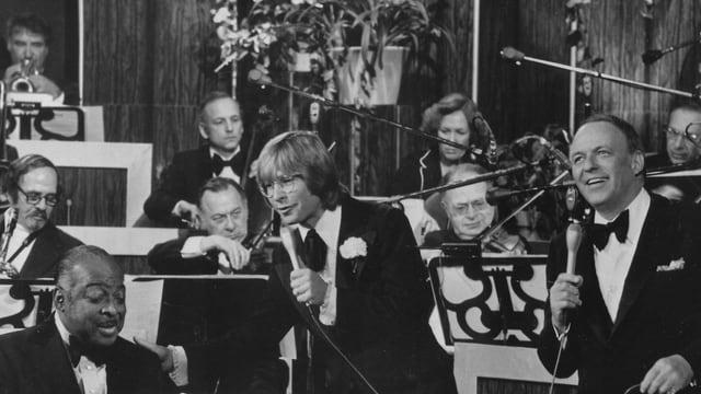 Frank Sinatra, Count Basie, John Denver spielen ein Konzert.