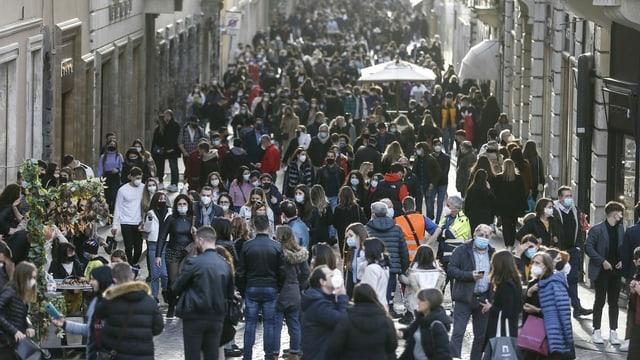 Viele Menschen gehen über die Via Condotti in Rom.