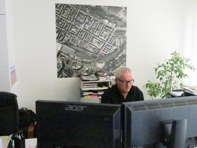 Thomas P. Weber arbeitend vor Bildschirmen