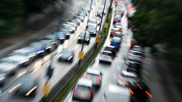 Purtret d'autos che stattan en colonnas.