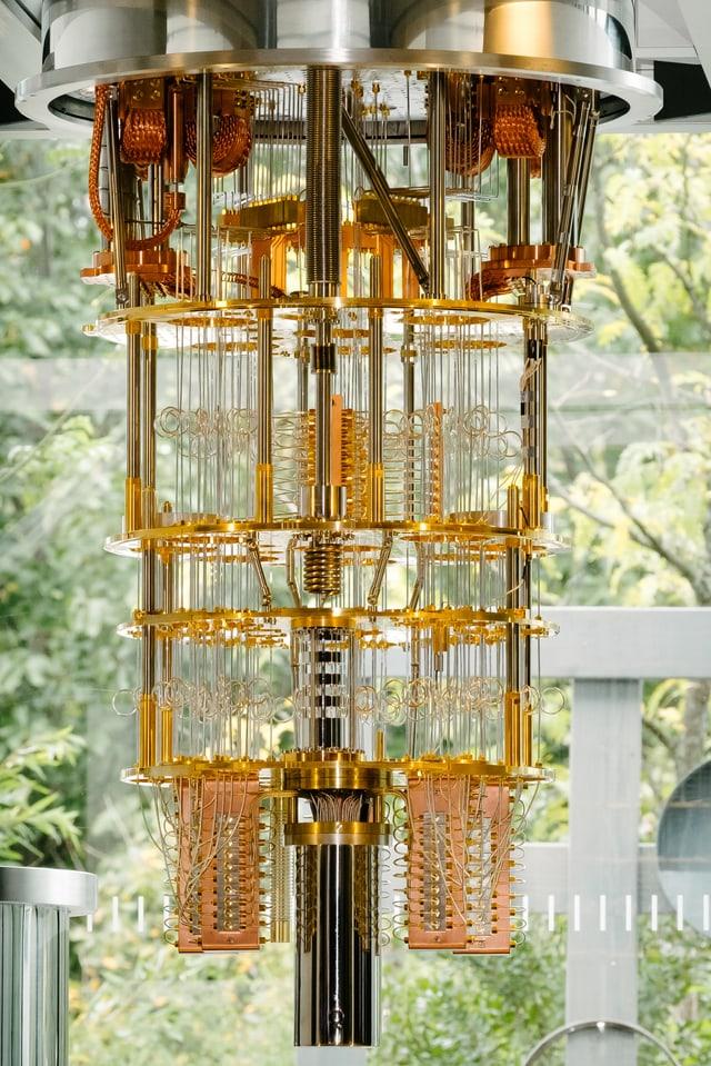 Ein Bild der Kälteeinheit eines Quantencomputers von IBM.
