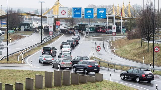 Autos stauen sich vor dem Grenzübgergang in Kreuzlingen.