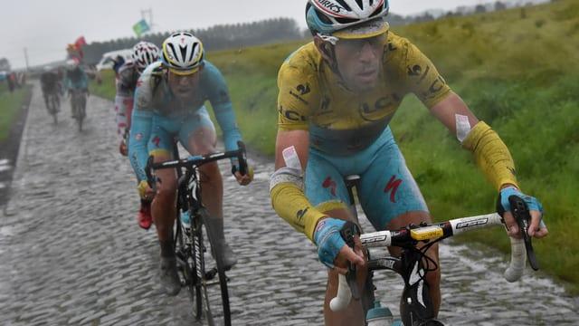 Nibali und vier weitere Fahrer auf einem Pavets-Abschnitt.