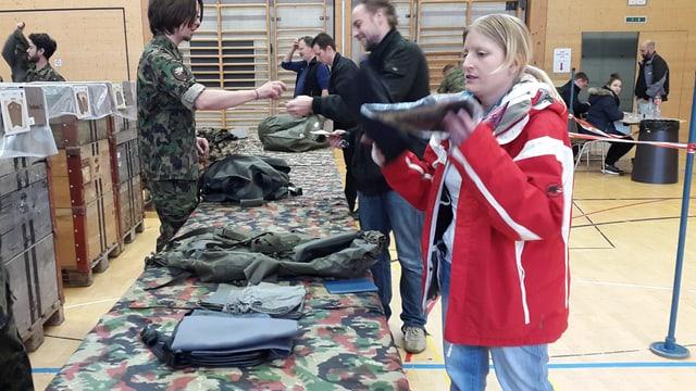 Frau gibt Militärmaterial ab