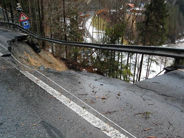 Blick auf eine Strasse, bei der die Hälfte den Hang hinunter gerutscht ist.