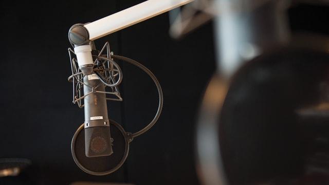 Symbolbild: Mikrofon vor schwarzem Hintergrund.