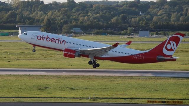 Eine Maschine der Air Berlin beim Abheben.