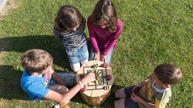 Kinder spielen Mühle