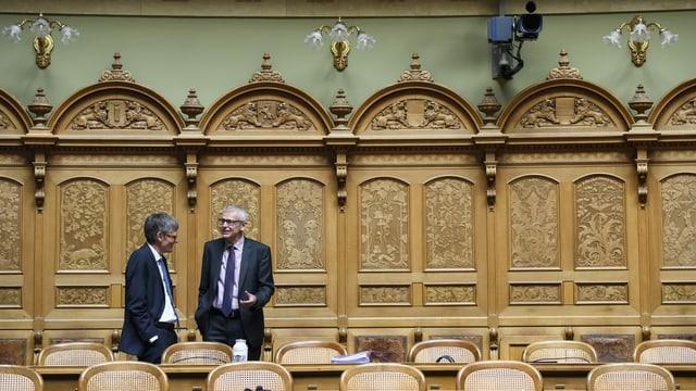 Müller bespricht sich mit einem Ratskollegen im Nationalrat.