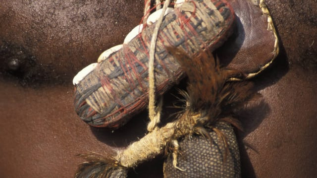 Afrikaner mit Amuletten auf der Brust