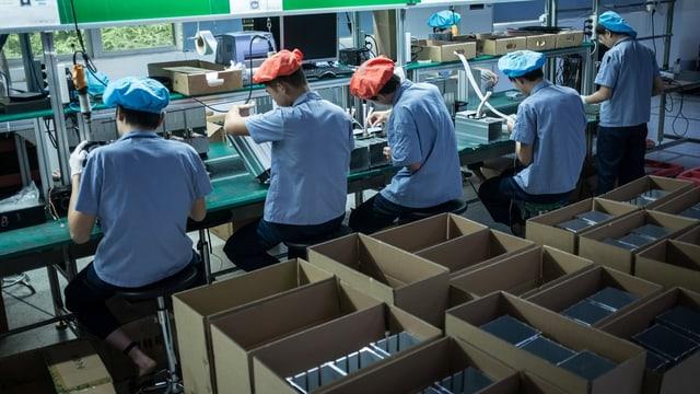 Arbeiter in Fabrik.